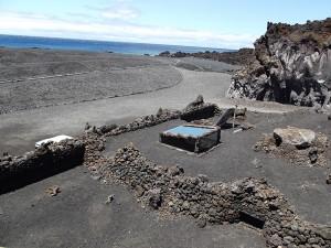 Die Fuenta Santa liegt verborgen unterm Vulkangestein an der Playa Echentive im Süden von La Palma: Das Besucherzentrum wurde so in die Landschaft integriert, dass man es nur an Details wie Fenstern und Luftschächten erkennen kann. Auch die Heilbad-Planer haben die Auflage, ihre Entwürfe der Lavalandschaft des Südens anzupassen. Foto: La Palma 24