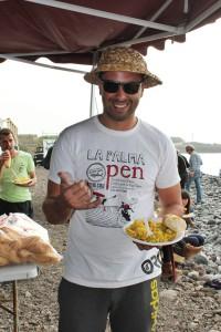 Total groggy, aber glücklich: Revolcón-Präsi Anibal Pino stärkt sich am Ende der La Palma Open 2015 beim allgemeinen Paella-Essen. Foto: La Palma 24