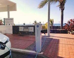 Erste Aufladestelle für Elektro-Fahrzeuge: Bei der Bushaltestelle beim Strand von Tazacorte. Foto: Gemeinde