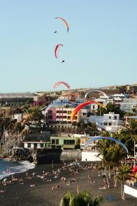 Paragliding-Desafío 2009: Der Himmel über Puerto Naos und der Strand waren voll mit bunten Schirm-Tupfen. Foto: Palmaclub
