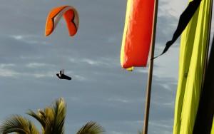 Gleitschirm-Wettbewerbe: Ein Hingucker nicht nur für die Sportler, sondern auch ein Augenschmaus für Inselgäste. Foto: Palmaclub