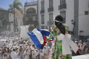 La Negra Tomasa con la bandera cubana