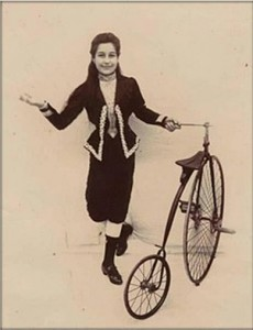 Stolzen Chica aus La Palma von 1889 mit Fahrrad