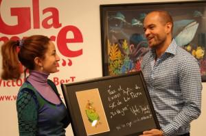 Victor Jaubert und Santa Cruz-Festrätin Marta Poggio: Zeichnung der Negra Tomasa als Geschenk an die Stadt. Foto: Santa Cruz de La Palma