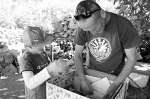 Ere mit seinem achtjährigen Sohn Ernesto: Alte Fotos gucken, wo der Papa noch ein wilder Rocker war. Foto: La Palma 24