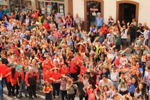 """Gruß an den WDR: Rund 3.000 Fans des """"Zauberinsel im Atlantik""""-Films versammelten sich vor der Markthalle in Santa Cruz und schickten ein Dankeschön von La Palma nach Alemania. Foto: Fernando Rodríguez/Palmeros en el Mundo"""