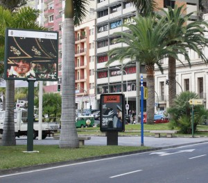 Los enanos y más: Información en pantalla grande entre el puerto y el casco antiguo. Foto: Santa Cruz de La Palma