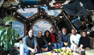 Dieses TNG-Team hatte die witzige Idee für den ISS-Gruß: (v.l.n.r.) Massimo Cecconi, Marco Pedani, Sabrina Masiero, Manuel Gonzalez, Emilio Molinari, Vincenzo Guido e Gloria Andreuzzi. Pressefoto: FGG/TNG