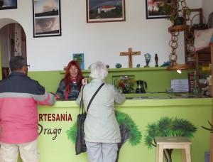 Antje in ihrem Anfang 2015 eröffneten Laden in Garafía: Bis hierher musste sie abertausende von Dragosamen bearbeiten und auffädeln. Foto: La Palma 24