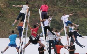 Danza de los acróbatas: los actores han estado practicando durante semanas. Foto: Santa Cruz