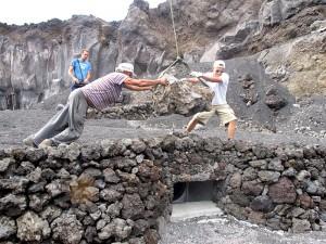 Tomaso kann auch anpacken: hier arbeitet er an der Gestaltung der Heiligen Quelle an der Playa Echentive.
