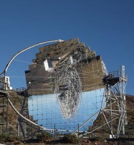 """MAGIC-Tele-Spiegelung auf dem Roque de los Muchachos: Die beiden Cherenkov-Teleskope auf dem höchsten Berg von La Palma bekommen einen """"großen Bruder"""". Foto: La Palma 24"""