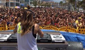 Wasserfest in Puerto Naos: Viel und laute Musik für junge Leute im Aquarium an der Strandpromenade. Foto: Fiesta de Agua/Facebook