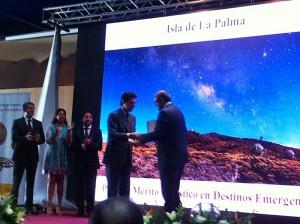 La Palmas Inselpräsident Anselmo Pestana (rechts): hier freut er sich über die Tourismus-Plakette des spanischen Staates.