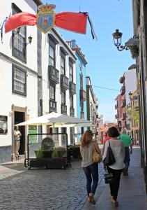Shoppen auf La Palma: In der Hauptstadt Santa Cruz (Foto) und in Los Llanos gibt es unzählige Geschäfte in Fußgängerzonen, nette Bars und Cafés zum Einkehren und ab und an noch Musik dazu. Foto: La Palma 24