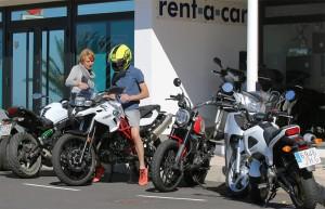 Einweisung vorm Büro in Todoque: Motorrad-Fans wie Dörthe erklären technische Details und geben Tipps für Touren. Foto: La Palma 24