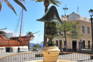 Der Zwerg und die Barco de la Virgen bestimmen das Bild der Plaza Alamenda in Santa Cruz de La Palma: Jetzt soll das Museum im Schiffsbauch modernisiert werden. Foto: La Palma 24