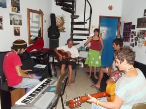 """""""Flamenco entre Amigos""""-Basisformation beim Proben in der Wohnung von Pedro und Iosune in Puerto Naos: Im Sommer 2016 will Pedro versuchen, dass soviele Stammspieler wie möglich mit auf Tournee gehen können. Foto: La Palma 24"""