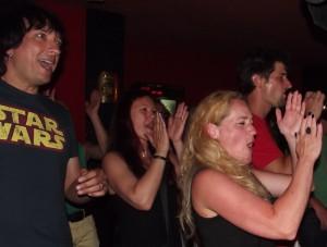 """Begeisterte Fans bei Konzerten in der Bar Caotico in Puerto Naos: Von hier kamen die meisten Einladungen für die """"Flamenco entre Amigos""""-Tournee 2015."""