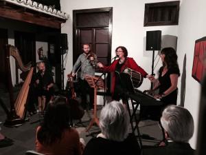 Konzert im Espacio Real 21 in Los Llanos: Ima Galguén wird einmal wieder von ihrem Sohn Pablo auf der Geige begleitet.