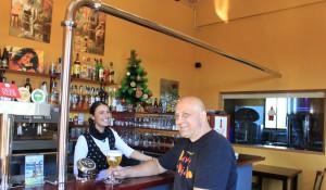Cervezería Isla Verde: Vom Gastraum aus kann man durch eine Glasscheibe in die Brauerei blicken. Foto: La Palma 24