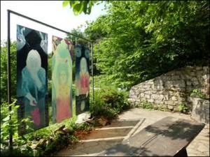 Installation von Sylvia Catharina Hess: Brunnenplatz und Wassertempel.