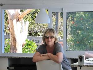 Sylvia in ihrem Pavillon-Atelier: demnächst will sie hier auch große Objekte wie ihre Stelen schaffen. Foto: La Palma 24