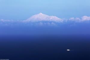 Giovanni Tessicini arbeitet im Telescopio Nazionale Galileo: Von hier aus machte er dieses Fotos vom höchsten Berg der Nachbarinsel Teneriffa, dem Teide. Der ist noch höher als der Roque de los Muchachos und deshalb ließen sich dort noch mehr Schneeflöckchen nieder.