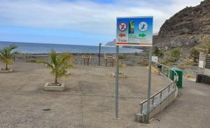 Unübersehbar am Strandeingang der Playa de Los Guirres: Schild verweist auf die Hunde-Freilaufzone. Foto: La Palma 24