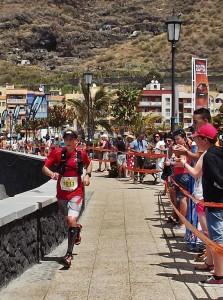 2014 sorgte Stephan Hugenschmidt für die totale Überraschung unter Kennern und Zuschauern: Mit der Startnummer 1011 lief er bei seiner La Palma-Premiere ganz cool auf Platz 5 unter die versierten Läufer des Transvulcania-Ultra. Foto: La Palma 24