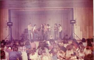 """Foto von einem Ödi-Auftritt mit der Gartenweg-Blues-Band anno 1978 in der Julius Kemmler-Halle in Reutlingen-Betzingen: """"Bei diesem Doppelkonzert mit der schottischen Folkband Tannahill Weavers hab ich mich in meine erste Frau verliebt..."""""""