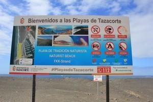 """Tazacorte-Strand beim Hafen: Auf dem großen Schild wurde das Hundesymbol ausgewischt, und daraufhin verbreitete sich wohl das Gerücht, hier wäre ein """"Hundestrand"""". Richtig ist, dass hier offiziell ein FKK-Bereich ausgewiesen ist. Foto: La Palma 24"""
