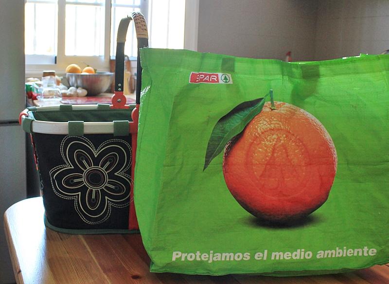Tipp für La Palma Touristen: Den Einkaufskorb bringt keiner im Flieger mit - aber an den Kassen der Supermärkte kann man statt Plastiktüten auch die praktischen Taschen für einen Euro kaufen. Foto: La Palma 24