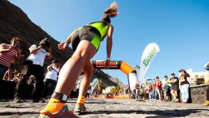 Transvulcania: Nur die Läufer haben freie Bahn - wer mit dem Auto zu den Rennen fährt, muss überall mit Verkehrseinschränkungen rechnen. TRV-Pressefoto