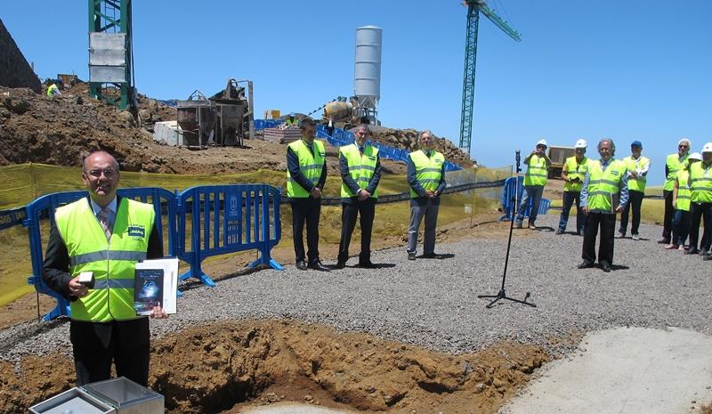 Inselpräsident Anselmo Pestana strahlt: Der Grundstein zum Centro de Visitantes del Roque de los Muchachos wird gelegt. Foto: Cabildo de La Palma