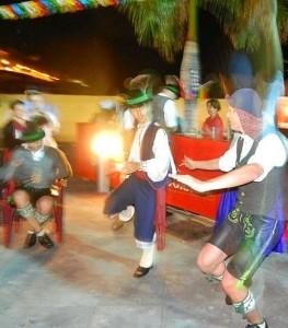 Mit der Herbstmesse in Tazacorte fing alles an: Die Trachtengruppe Edelweisser aus Bischofshofen und die Palmeros verstanden sich hervorragend und tauschten Gamsbart-Hut gegen