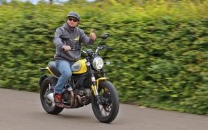 La Palma 24-Geschäftsführer Miki flog kürzlich nach Deutschland: Dort hat er die Ducati Scrambler probegefahren - und im kommenden Winter steht das Bike zum Mieten auf La Palma bereit.