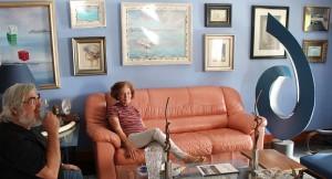 """Manuel mit seiner Frau Gloria, die er während des Kunststudiums auf Teneriffa kennengelernt hat: Auch Gloria ist auf La Palma als Malerin bekannt und bezeichnet ihre Werke als """"phantasievollen Realismus"""". Fast alles ist in Öl ohne Vorlage gemalt, denn Gloria besitzt ein fast photographisches Gedächtnis. Foto: La Palma 24"""