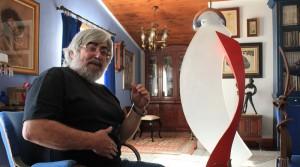 """Manuel Pereda de Castro im Salon seines Hauses mit der rot-weißen Arcángel-Skulptur: """"Ich gebe meinen abstrakten Werken nie einen Namen"""". Foto: La Palma 24"""