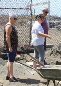 El Aterure-Chefinnen: schauten gestern den Mannen beim Bauen zu. Foto: La Palma 24
