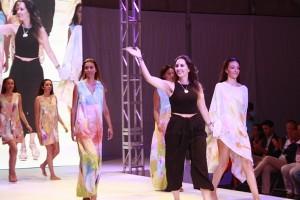 Erste Modenschau beim Isla Bonita Love Festival am Donnerstagabend: Die vielversprechende Jung-Designerin Paloma Suárez führte ihre Models über den Catwalk im Showroom beim Hafen. Foto: Cabildo de La Palma