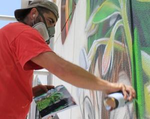 Matías Mata bei der Arbeit: nur mit einem Foto in der Hand setzt er das Bild mit der Spraydose um. Foto: La Palma 24
