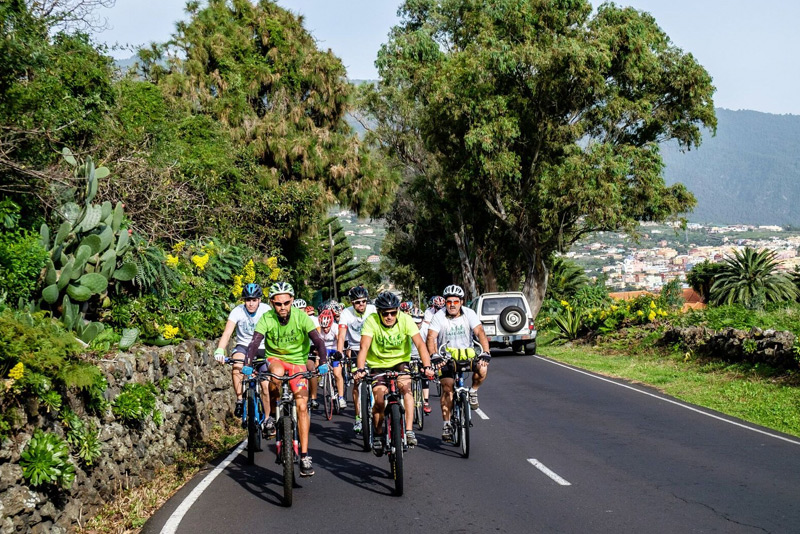 Safe Bike La Palma im Dezember 2015: Hier radeln zwei und mehr Stahlross-Kapitäne nebeneinander - das ging allerdings nur bei dieser Extra-Tour. Ansonsten gilt: maximal zwei Radler dürfen parallel fahren, und in unübersichtlichen Straßenbereichen müssen sie sich wieder hintereinander einreihen. Foto: Safe Bike La Palma