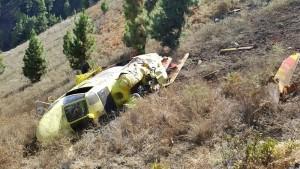 Ein Helikopter der Brigadas de Refuerzo contra Incendios Forestales stürzte gestern beim Wasserabwerfen im Osten von La Palma ab: Zum Glück wurde die Besatzung nur leicht verletzt. Foto: BRIF