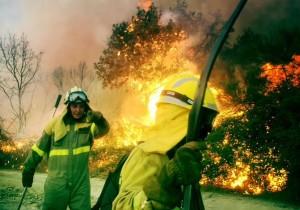 Lebensgefährlicher Job: Fire-Fighter des Inselumweltamtes, der BRIF, der Feuerwehr von La Palma und der Caldera-Verwaltung kämpfen am Boden gegen die Flammen. Foto: BRIF
