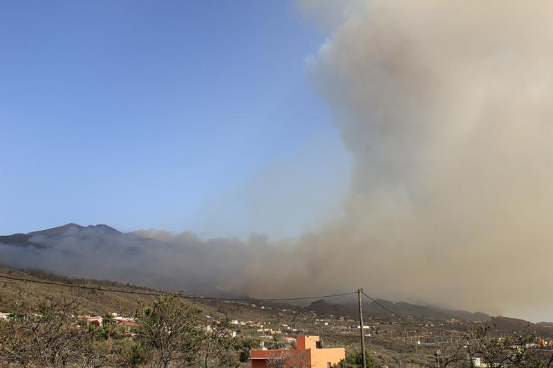 Waldbrand La Palma Donnerstag, 4. August 2016, kurz nach 18 Uhr: Jetzt steigen dicke Rauchwolken aus der Richtung auf, in der das Refugio del Pilar liegt, und auch weiter südlich raucht es wieder stark. Welche Löschfluggeräte dort unterwegs sind, kann man von unserem Standort aus nicht sehen. Foto: La Palma 24