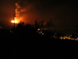 Waldbrand in der Nacht von Mittwoch auf Donnerstag: Um 2.30 Uhr sieht man das Feuer noch entfernt bei Jedey brennen. Foto: La Palma 24