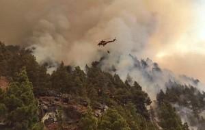 """Die Heli-Piloten und Bodentruppen kämpfen gegen das Feuer: """"Schwierige Zugänge"""" twittern sie. Foto: BRIF"""