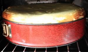 Nach dem dreiviertelstündigen Vorbacken: Schaltet man auf 180 Grad hoch, geht der Käsekuchen in die Luft. Foto: La Palma 24