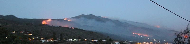Waldbrand La Palma 2016, Donnerstag, 21.30 Uhr: Es sieht alles andere als gut aus - von El Paso bis hinunter in den Süden sieht man bei Einbruch der Dunkelheit Brandherde aufleuchten. Dazu setzt jetz bis hinunter in tiefere Lagen der warme Calima-Wind ein. Wir berichten sobald wie möglich weiter.